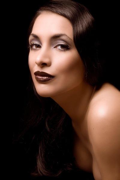 dunkle haare weibliches model im fotostudio in münchen