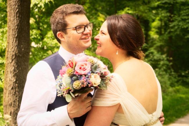 Lachende Braucht auf Hochzeitsfoto